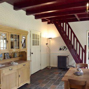 Woonkamer met deur naar 'Kloosterkamer' + Badkamer